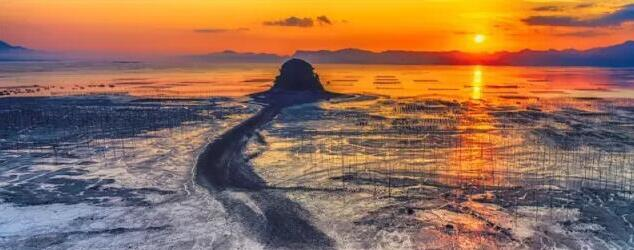 中国东南沿海福建省霞浦县,拥有百万亩全国面积最大的浅海滩涂,是广大摄影人拍摄海洋摄影题材理想的创作基地,被海内外摄影界誉为中